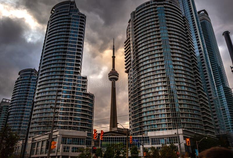 Toronto, CANADA - 20 novembre 2018: Vista del paesaggio in città occupata di Toronto con i grattacieli e la torre leggendaria del fotografia stock libera da diritti
