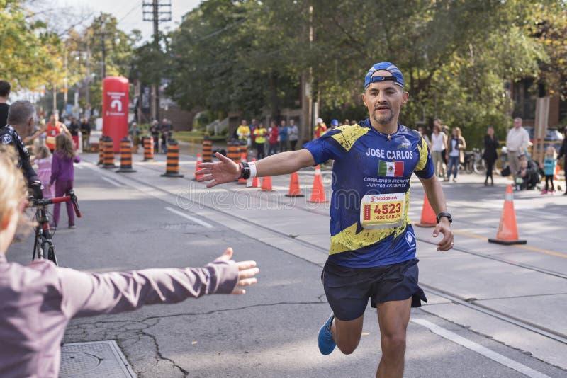 TORONTO, ON/CANADA - 22 OTTOBRE 2017: Corridore maratona Jose Carlos p fotografia stock