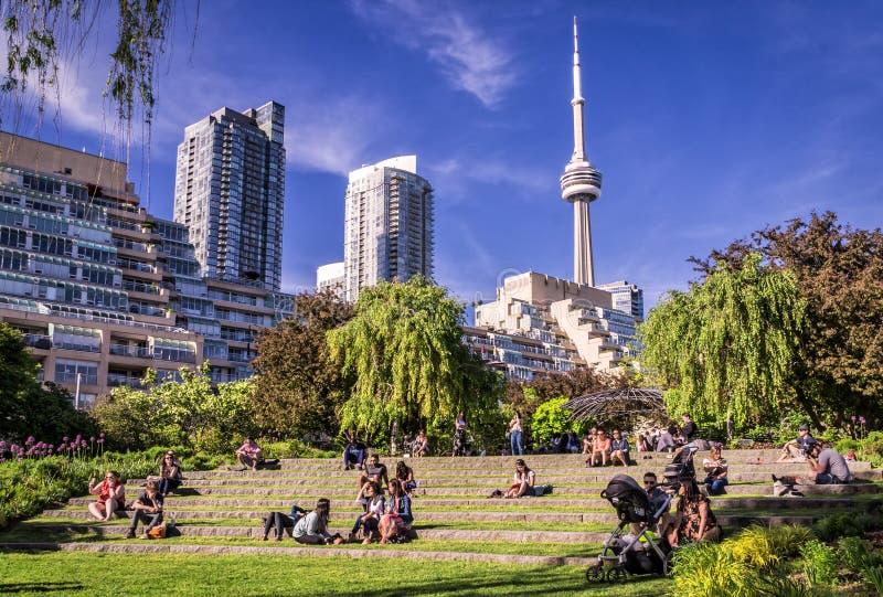 Toronto, Canada - 06 09 2019: Torontonians die rust in de Muziektuin heeft De Muziektuin van Toronto, één van de meesten van de s royalty-vrije stock foto