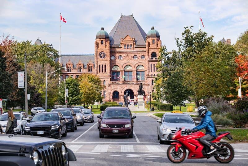Toronto, Canada - 10 20 2018: Traffico sulla via dell'istituto universitario e sul parco del Queens davanti ad assemblea legislat fotografia stock