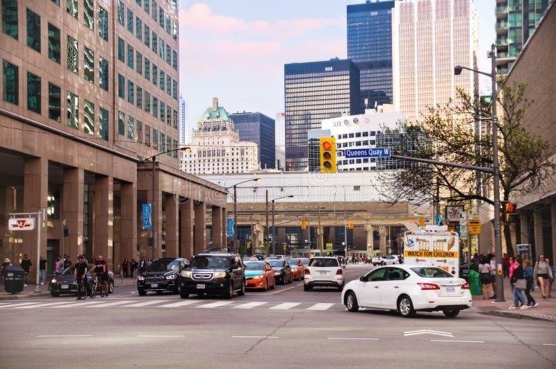 Toronto, Canada - 05 20 2018: Verkeer op de Baaistraat en van de Queenskade verbinding in Toronto van de binnenstad in zonnige af stock foto's