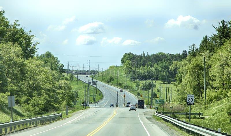 TORONTO - 8 de junio de 2018 - un camino lleva a las cercanías de una ciudad de Newmarket, Canadá imagenes de archivo