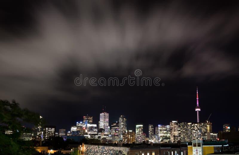 TORONTO DO CENTRO, SOBRE, CANADÁ - 23 DE JULHO DE 2017: A skyline do centro da cidade de Toronto na noite como vista do bairro ch imagem de stock royalty free
