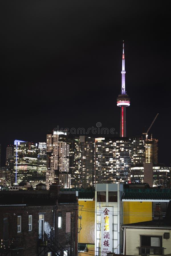 TORONTO DO CENTRO, SOBRE, CANADÁ - 23 DE JULHO DE 2017: A skyline do centro da cidade de Toronto na noite como vista do bairro ch imagem de stock