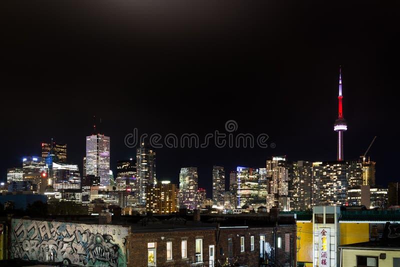 TORONTO DO CENTRO, SOBRE, CANADÁ - 23 DE JULHO DE 2017: A skyline do centro da cidade de Toronto na noite como vista do bairro ch imagens de stock