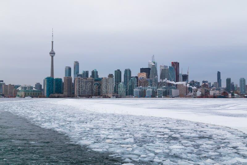 Toronto ed il lago Ontario nell'inverno fotografia stock