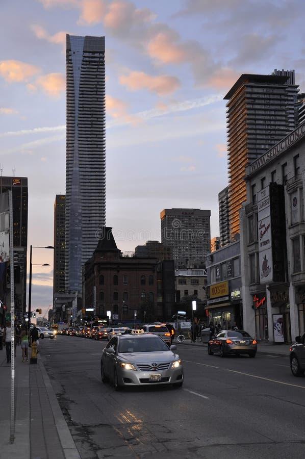 Toronto, el 24 de junio: Centro de la ciudad en la calle de Yonge por noche de Toronto de la provincia de Ontario en Canadá foto de archivo libre de regalías