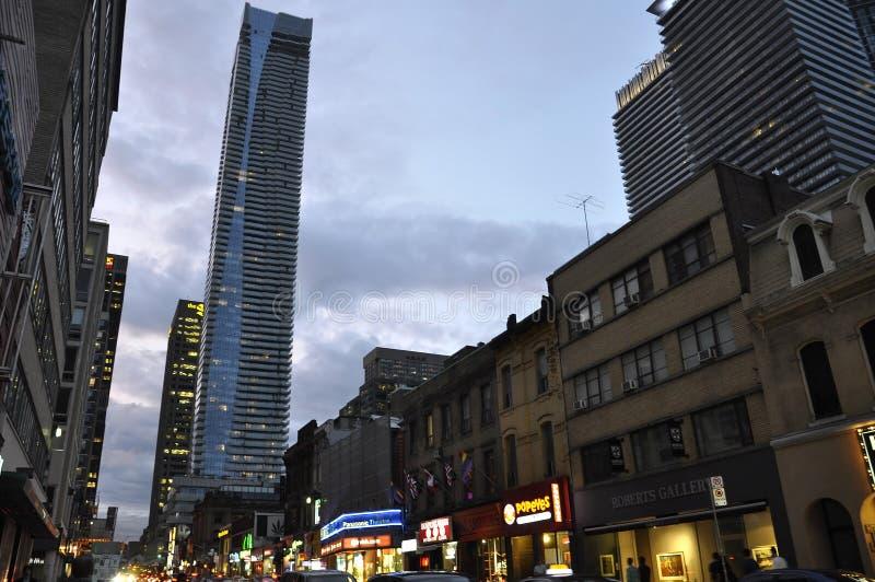 Toronto, el 24 de junio: Edificios céntricos en la calle de Yonge por noche de Toronto de la provincia de Ontario en Canadá imagen de archivo