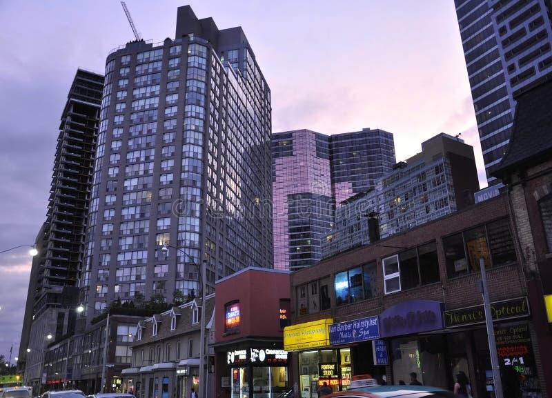 Toronto, el 24 de junio: Edificios céntricos en la calle de Yonge por noche de Toronto de la provincia de Ontario en Canadá fotografía de archivo