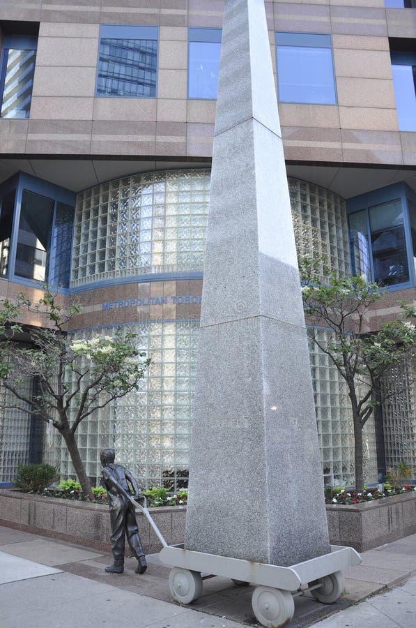 Toronto, el 24 de junio: Monumento de piedra hermoso adentro en el centro de la ciudad de Toronto de la provincia de Ontario en C foto de archivo libre de regalías