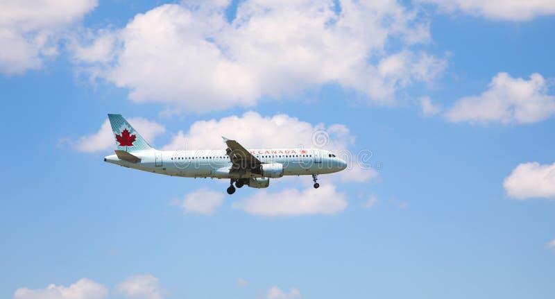 TORONTO - JUNE28, 2018 Air Canada Boeing 767-375 in de hemel op 28 Juni, 2018 Air Canada is de vlagdrager en de grootste luchtvaa royalty-vrije stock fotografie