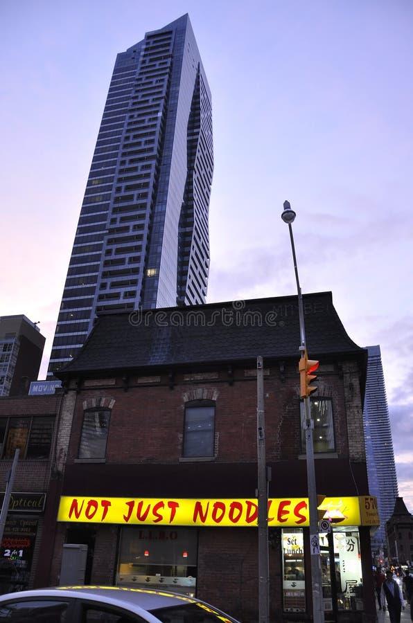 Toronto, am 24. Juni: Im Stadtzentrum gelegenes Gebäude auf Yonge-Straße bis zum Nacht von Toronto von Ontario-Provinz in Kanada stockfotografie
