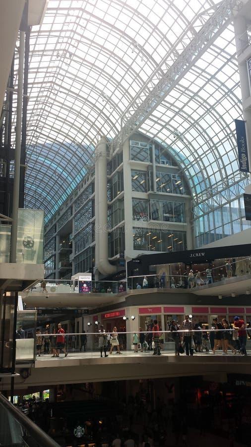 Toronto Kanada - Augusti 10, 2016: Oidentifierade shoppare i arkivfoton