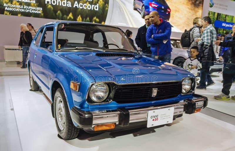 Toronto, Kanada - 2018-02-19: Besucher von 2018 kanadisches internationales AutoShow, welches die erste Generation Honda betracht stockfotografie