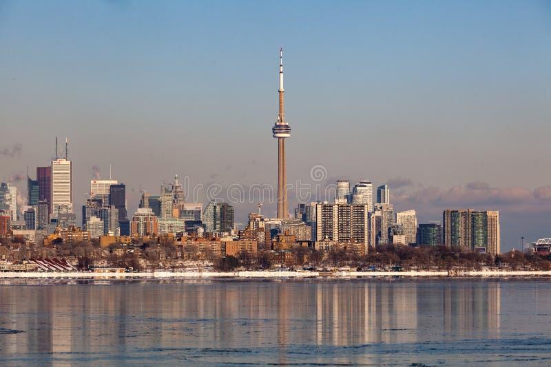 Toronto KANADA - Februari 1., 2019: Panorama- kanadensiskt vinterlandskap nära Toronto, härlig djupfryst Ontario sjö på solnedgån royaltyfri foto