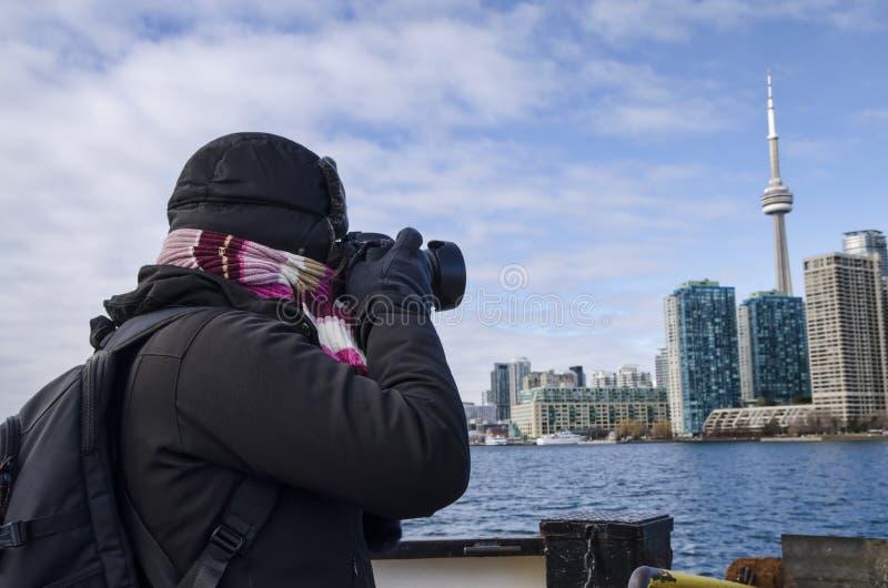 Toronto Kanada - Januari 27, 2016: Person som tar foto av Toronto horisont från ett skepp, Ontario, Kanada royaltyfri foto