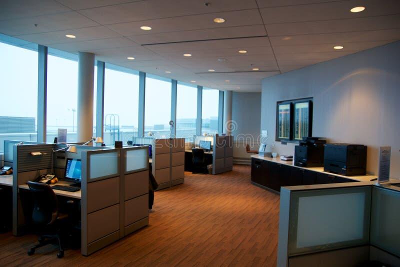 TORONTO KANADA - JANUARI 21st, 2017: arbetsplatsrum med datorer och skrivbord i affärsmitten av den Air Canada lönnen arkivbild