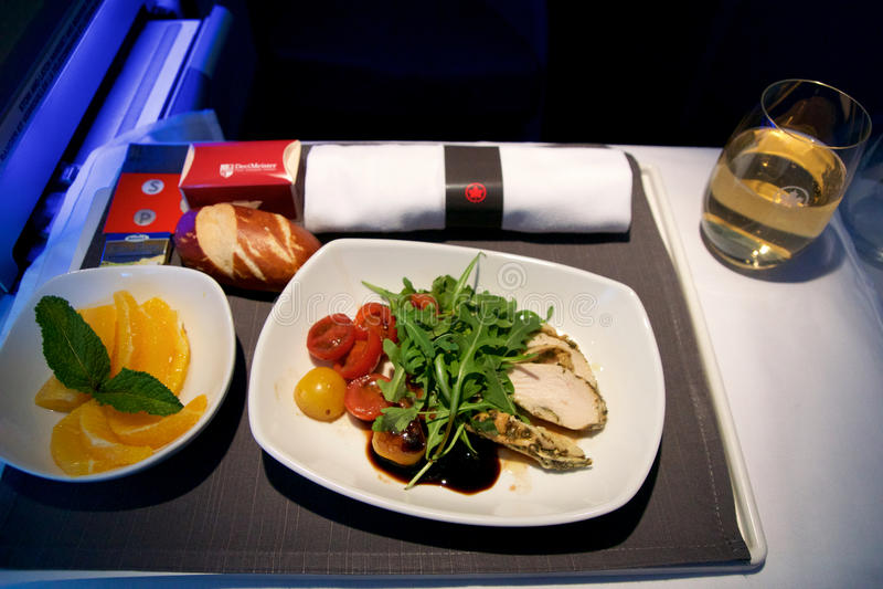 TORONTO KANADA - JANUARI 21st, 2017: Mål för Air Canada affärsgrupp i flykten, höna med sallad för körsbärsröd tomat som pre royaltyfri bild