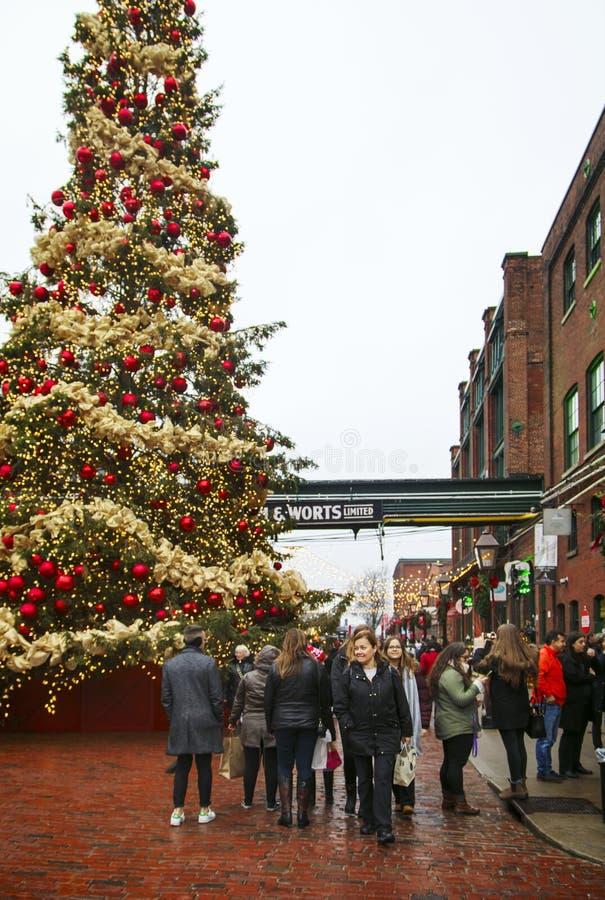TORONTO KANADA - NOVEMBER 18, 2017: Folket besöker julmarknaden i historiskt område för spritfabriken, ett av Toronto gunstling arkivfoton