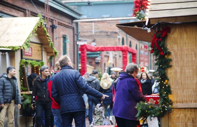 TORONTO KANADA - NOVEMBER 18, 2017: Folket besöker julmarknaden i historiskt område för spritfabriken, ett av Toronto gunstling royaltyfri fotografi