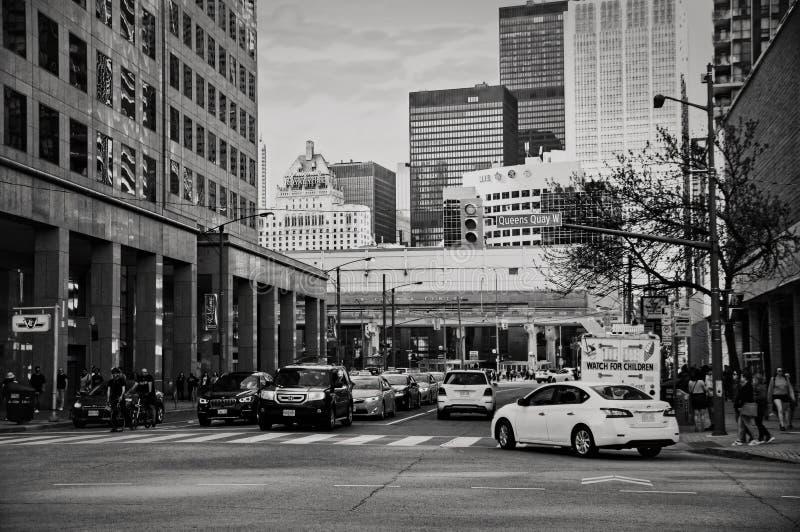 Toronto Kanada - 05 20 2018: Trafik på fjärdgata- och Queenskajföreningspunkten i i stadens centrum Toronto i solig afternon royaltyfri bild