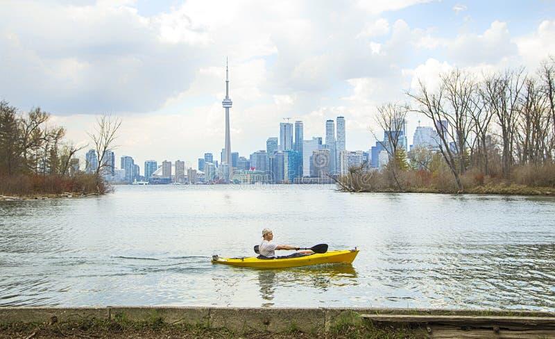 TORONTO, AM 5. MAI 2017: Am Ontario See an am 5. Mai Kayak fahren, Ontario, Kanada lizenzfreies stockfoto