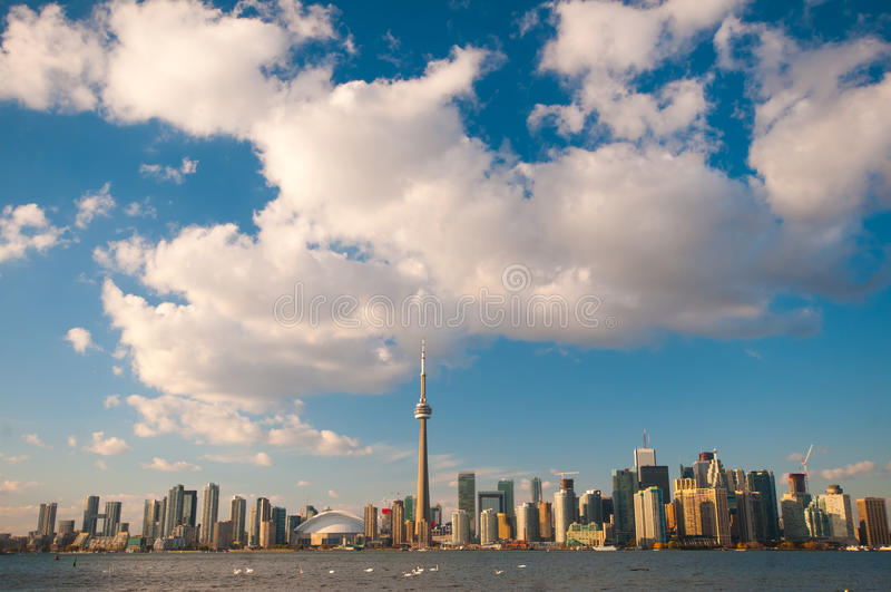 Toronto miasta linia horyzontu przy poniższym niebieskim niebem obrazy stock