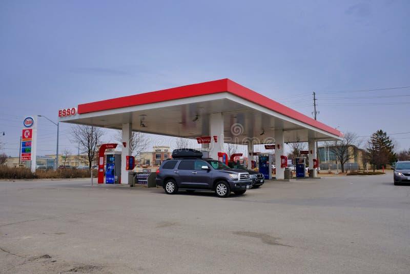 TORONTO, ONTARIO, CANADÁ - 7 DE ABRIL DE 2019 - gasolinera en Toronto Precios de la gasolina del récord fotografía de archivo libre de regalías