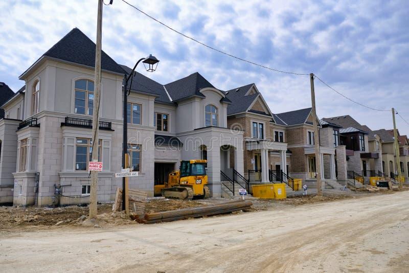 TORONTO, ONTARIO, CANADÁ - 7 DE ABRIL DE 2019 - nueva construcción casera en la ciudad más grande de Canadá Desarrollo inmobiliar foto de archivo