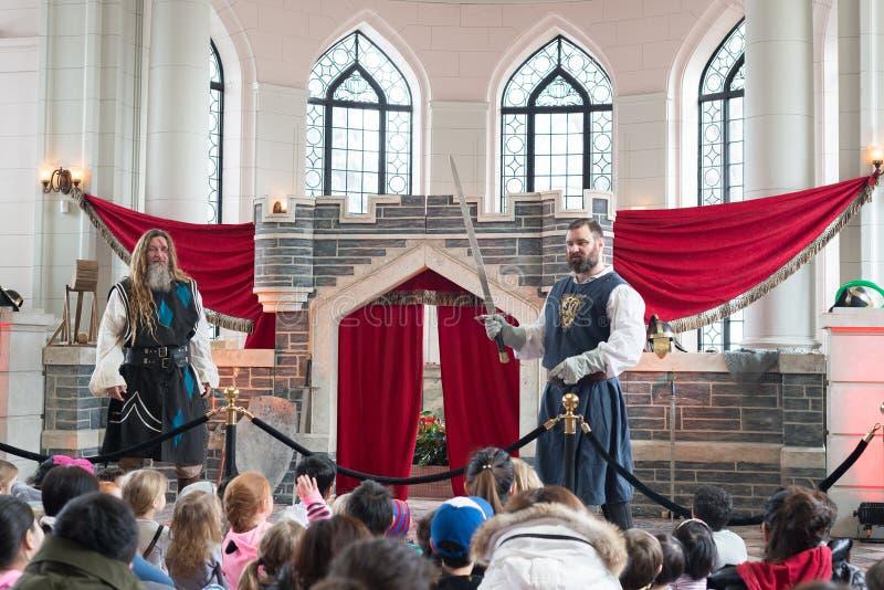 Toronto, Ontario Canadá 13 de marzo de 2018: Imagínese a Dragon March Break en la casa Loma Caballero School en un castillo fotografía de archivo