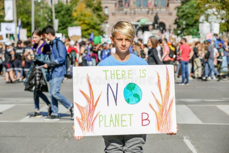 TORONTO, ONTARIO, CANADÁ - 27 DE SEPTIEMBRE DE 2019: Protesta por el cambio climático de los 'viernes para el futuro' imágenes de archivo libres de regalías