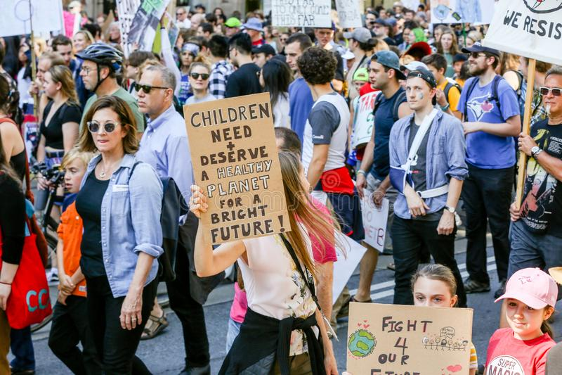 TORONTO, ONTARIO, CANADÁ - 27 DE SETEMBRO DE 2019: As 'sextas-feiras para o futuro' protestam contra as alterações climáticas foto de stock royalty free
