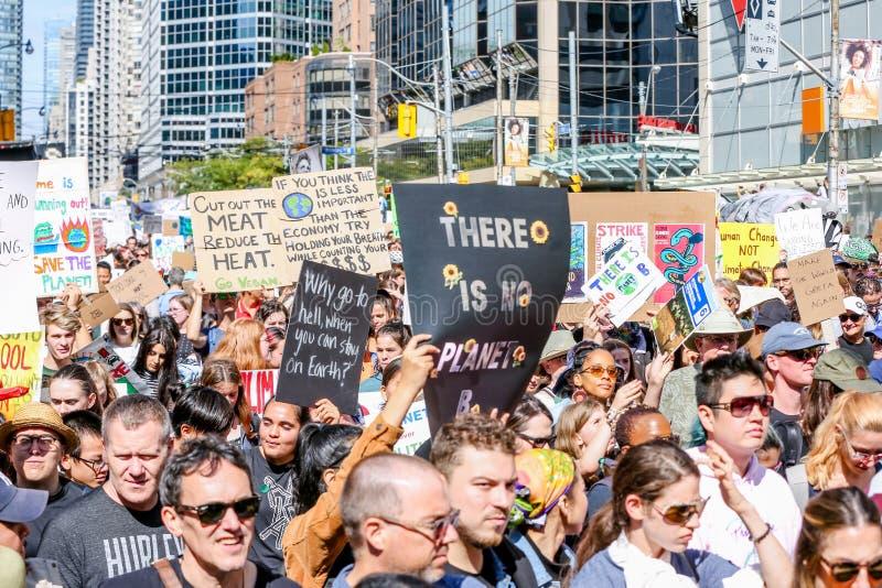TORONTO, ONTARIO, CANADÁ - 27 DE SETEMBRO DE 2019: As 'sextas-feiras para o futuro' protestam contra as alterações climáticas fotos de stock royalty free