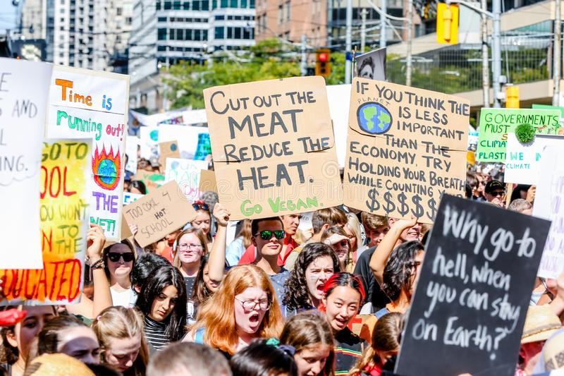 TORONTO, ONTARIO, CANADÁ - 27 DE SETEMBRO DE 2019: As 'sextas-feiras para o futuro' protestam contra as alterações climáticas fotos de stock