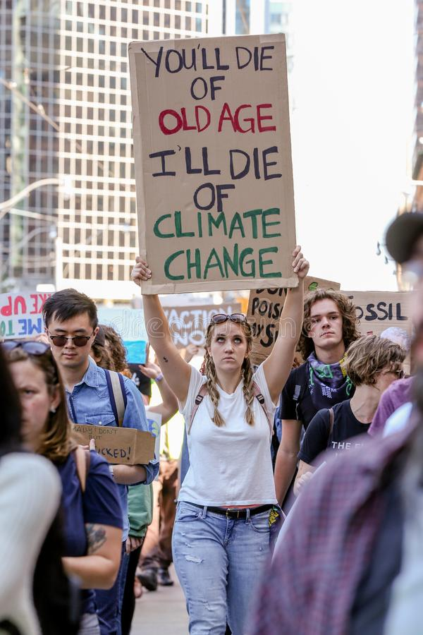 TORONTO, ONTARIO, CANADÁ - 27 DE SETEMBRO DE 2019: As 'sextas-feiras para o futuro' protestam contra as alterações climáticas foto de stock