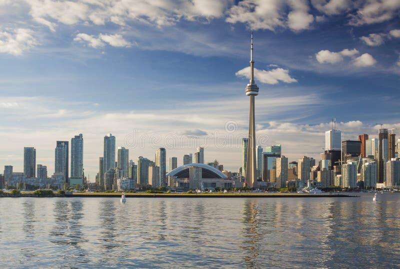 TORONTO/ONTARIO, KANADA - 24. JULI 2013: Schönes Sommerstadtbild mit dem berühmten KN Turm und Rogers Center lizenzfreie stockfotos