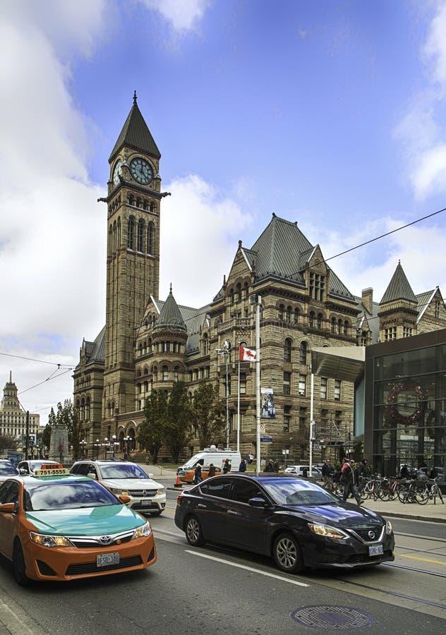 TORONTO ONTARIO, KANADA - NOVEMBER 22, 2017: Sikt av det gamla stadshuset med tornklockan i Toronto royaltyfria foton