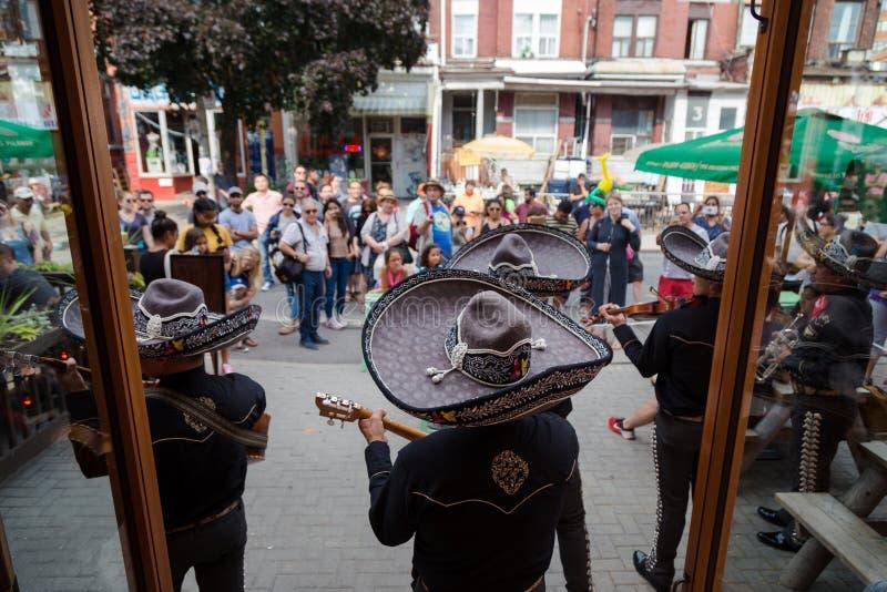 TORONTO PÅ, KANADA - JULI 29, 2018: En mariachi sätter band lekar framme av en folkmassa i vibrerande Kensington marknad för Toro royaltyfri fotografi