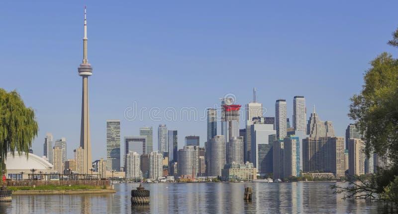Toronto ` s linia horyzontu nad Jeziornym Ontario obraz stock