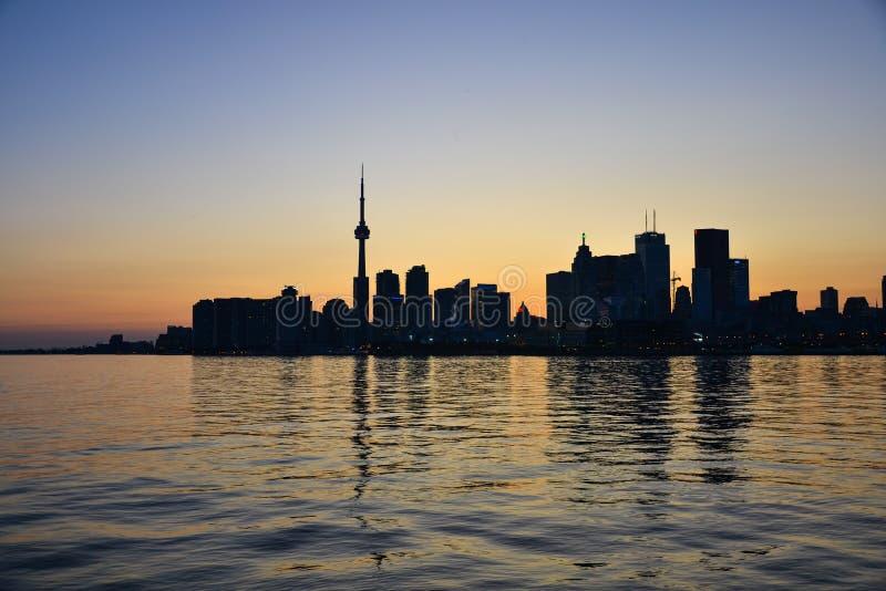 Toronto-Skyline mit blauem Himmel lizenzfreies stockbild
