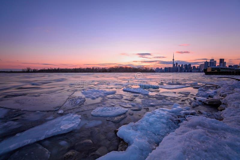 Toronto-Skyline am Sonnenaufgang lizenzfreie stockfotos