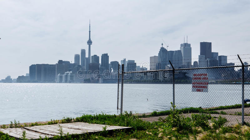 Toronto-Skyline von den Häfen dunstig lizenzfreie stockbilder