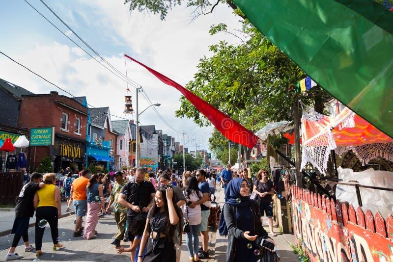 TORONTO, SOBRE, CANADÁ - 29 DE JULHO DE 2018: Opinião da rua a multidão no mercado de Kensington em Toronto foto de stock