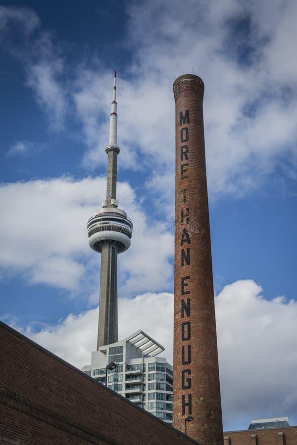 Toronto stadssikt med tornet och den gamla lampglaset arkivbild