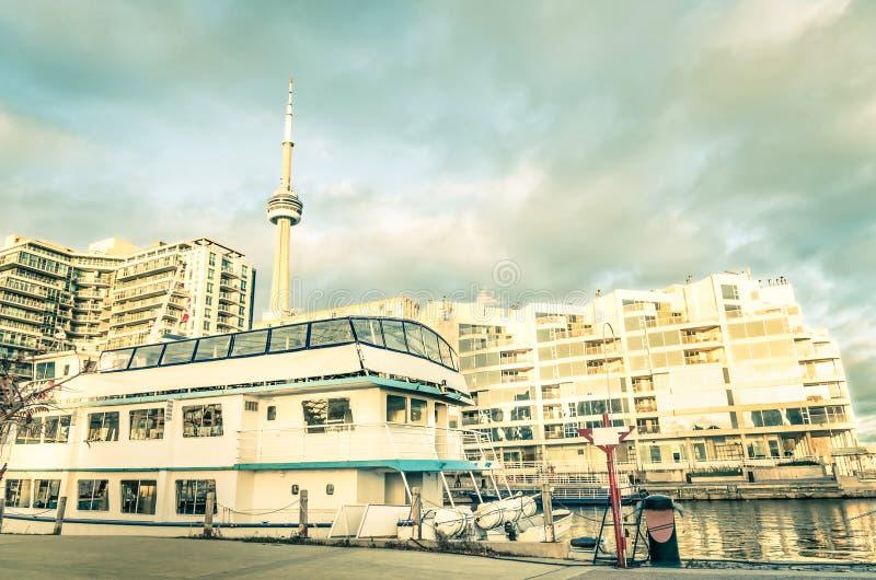 Toronto-Stadtzentrum und -Skyline von der Hafenufergegend stockfotos