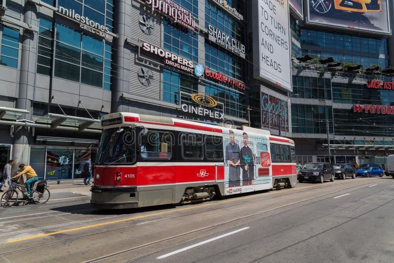 Toronto-Straßenbahn an Quadrat Yonge Dundas stockfoto