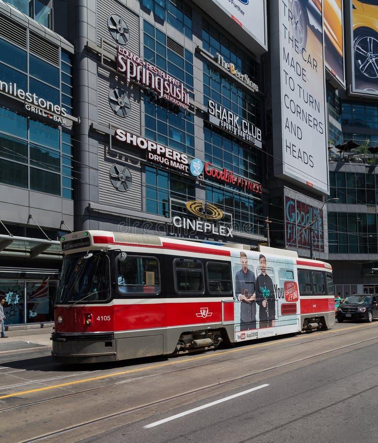 Toronto-Straßenbahn an Quadrat Yonge Dundas lizenzfreie stockbilder