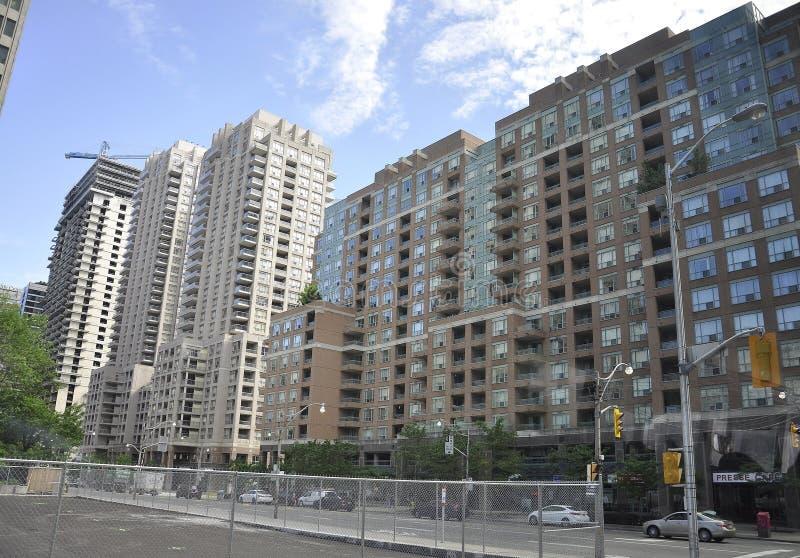 Toronto 24th Juni: Lyxiga lägenhetbyggnader från Toronto av det Ontario landskapet i Kanada arkivbild