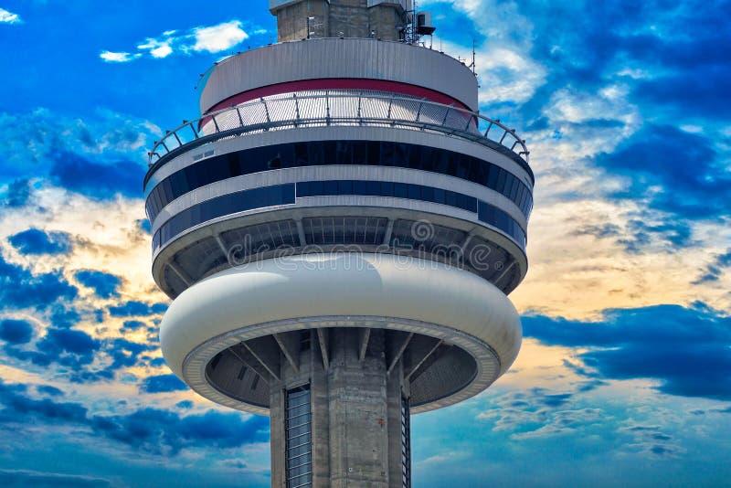 Toronto, torre del NC que pasa por alto el lago ontario imagen de archivo