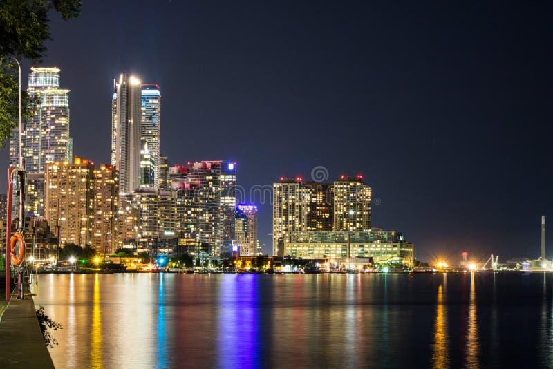 Toronto-Ufergegend von der Insel-Flughafen-Fähren-Station lizenzfreies stockfoto